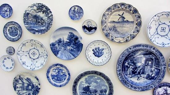 Verschiedene Teller mit delfts blauw